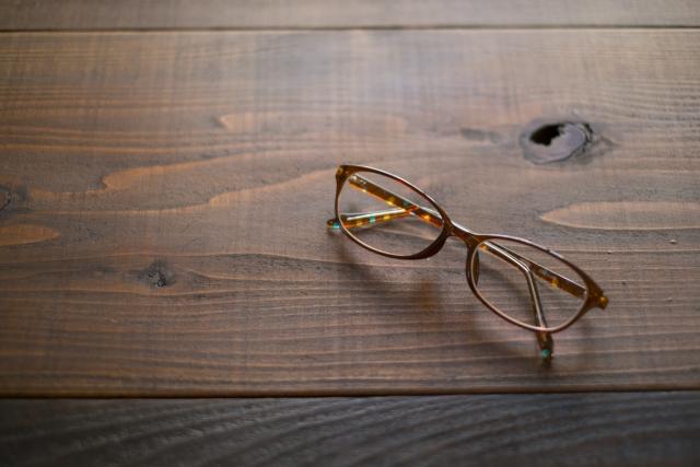 机に置いてあるメガネ